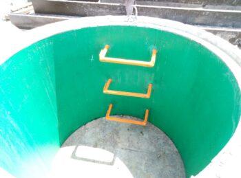 Кольцо колодца с полиэтиленовым вкладышем и скобами